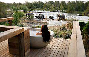 A unique open-air bath at Londolozi.